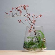Vase Straight A | Edition Nikolas Kerl #vase #homedecor #swissmade #mouthblown Ikebana, Planting Flowers, Flower Arrangements, Glass Vase, Furniture Design, Projects To Try, Contemporary, Green, Handmade