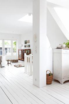 Deze witte houten vloer is het ideale decor voor al je brocante-vondsten. Photo by Jansje Klazinga JKF& paintedwoodenfloors House Design, White Wooden Floor, White Wood Floors, Interior, Home, White Decor, White Interior, White Rooms, Home Interior Design