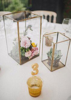 Wedding planner: Detallerie. Centros de mesa con farolillos dorados, flores de colores, suculentas y velas. Gold lanterns, colorful flowers, succulents and candles as centerpiece.