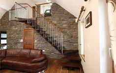 #Escalier - Quart tournant, limon central, marches en bois, garde-corps en acier. Découvrez les réalisations d'escaliers de L'Échelle Européenne sur www.escaliers-echelle-europeenne.com