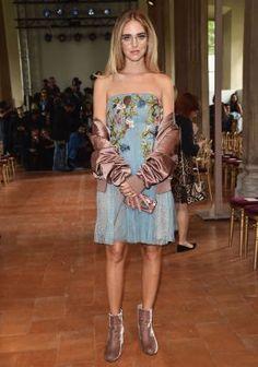 Veludo molhado domina os looks das fashionistas na Semana de moda de Milão