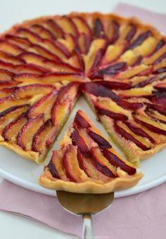 Švestkový koláč s mandlovou náplní je moc dobrý koláč z tvrdšího těsta plněný…