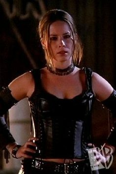 Piper Halliwell - ROCK, Piper is the second eldest Halliwell sister and is portrayed by Holly Marie Combs in all of the show's aired 178 episodes as wel Serie Charmed, Charmed Tv Show, Holly Marie Combs, Rose Mcgowan, Alyssa Milano, Shannen Doherty, Hollywood, Beautiful Actresses, Actors & Actresses