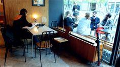 Fuglen à Oslo-Joli bar central avec belles enfilades, lampes rétro. Petite terrasse bruyante (en bord de route).
