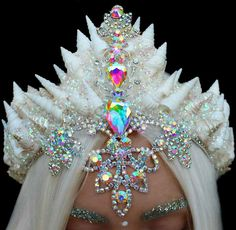 female ice queen / ice sorcerer costume idea with headpiece Maquillage Halloween, Halloween Makeup, Ice Queen Costume, Glamouröse Outfits, Glitter Brows, Seashell Crown, Mermaid Crown, Mermaid Headpiece, Mermaid Princess