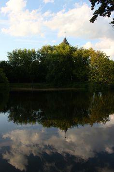 Breda, een spiegeling van de watertoren in het naastgelegen water by Marissa Gommers