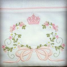 Fralda de ombro ( 66 x 67cm), com 2 fraldas de boca ( 31 x 31 cm), tecido de fralda com faixa em piquet 100% algodão. Bordados e cores pode ser mudado combinar no ato da compra. Baby Embroidery, Flower Embroidery Designs, Embroidery Monogram, Silk Ribbon Embroidery, Embroidery Patterns, Machine Embroidery Projects, Machine Applique, Free Machine Embroidery, Monogram Pillows