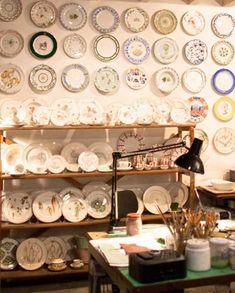#Laboratorioparavicini #Milano. #piatti #ceramiche #dipintooamano E' un minuscolo laboratorio, tutto ceramiche, colori e pennelli