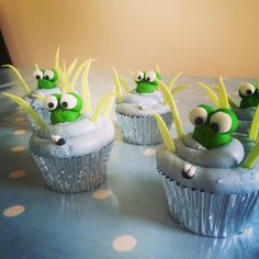 Frog and fly cupcakes #cute #cupcakes #frog #froggie #pond #illovebaking #funny #ninavictoriacupcakes