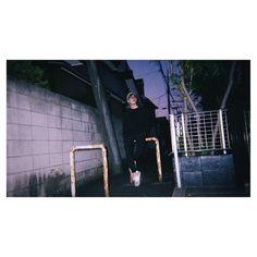. あっという間にもう半袖でもいい季節になってきましたね。寂しいやら嬉しいやら。 .  #津田諄 #僕の歩み #032 #写真 #撮影 #ポートレート #作品撮り #instacool #night #street #路地 #instagramjapan #photo #portrait #film #フィルム #photography #like #me #actor #model #men #shooting #fashion #写ルンです #twitter → @ Jun_Tsuda http://tipsrazzi.com/ipost/1508473536388519302/?code=BTvLLBpg9WG