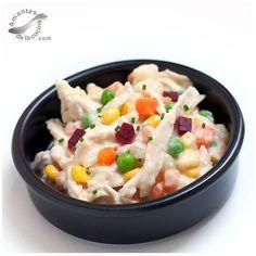 La receta de ensalada de pollo o ensalada de gallina como se conoce en Venezuela, se compone de papas, zanahorias, pollo desmechado o en su defecto, gallina, guisantes, maíz tierno dulce y mayonesa.