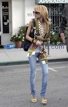 Nicole Ritchies blonde locks, skinny jeans, and colorful top look so chic!