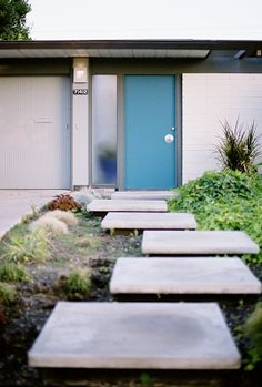 Eichler homes – Orange California – modern landscape design front yard Mid Century Modern Door, Mid Century Exterior, Mid Century House, Maison Eichler, Eichler Haus, Home Design, House Design Photos, Design Ideas, Exterior Paint
