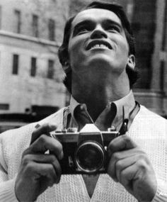 Arnold Schwarzenegger seeing New York City for the first time. In 1968 Arnold Schwarzenegger had emigrated to the United States and spoke very little English. Arnold Schwarzenegger, Rare Historical Photos, Rare Photos, Rare Pictures, Bizarre Photos, Epic Photos, Iconic Photos, Vintage Cameras, Vintage Photos