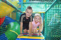 Broer en zus hebben plezier in het indoor speelpaleis. Park, Outdoor Decor, Parks