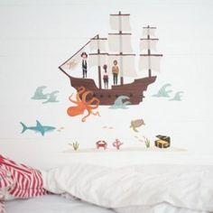 Love Mae muursticker 'Pirate ship', piratenboot    Deze mooie piratenboot kun je zelf op de muur plakken, je bouwt de boot zelf op met de zeilen en masten (dat zijn losse stickers). Drie geweldig stoere piraten (Kapitein Sam en zijn crew), een schatkist op een zandplaat, golven, een haai, schildpad, krab, een gigantische oranje octopus, zeeplanten en  8 kleine visjes maken de piratenboot op zee compleet!