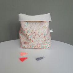 Panier de rangement en lin ancien de couleur naturelle et tissu adelajda multicolore.