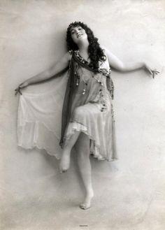 Danseressen. Olga Desmonds (1890-1964), Duitse danseres en actrice, als modern danseres in een tule kostuum. Plaats onbekend, 1914 of eerder. Serie van 4 foto's. Persoonsnamen Desmonds, Olga