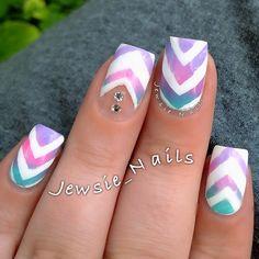 Ombre with white chevron Fabulous Nails, Gorgeous Nails, Pretty Nails, Fancy Nails, Love Nails, My Nails, Chevron Nail Art, Striped Nails, White Nails