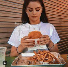 Food is bae Selena Gomez Fotos, Selena Gomez Diet, Selena Gomz, Tmblr Girl, Marie Gomez, Photography Poses, Love Food, Instagram, Model