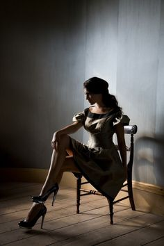 Dramatic Lighting / Woman / Chair / Pose