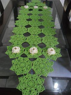 toalha de crochê confeccionado com fios de barbante verde claro e flores com fios duna na cor branca. a pronta entrega. R$ 75,00