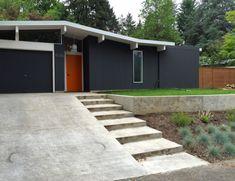fence colour - Dear House I Love You Exterior Color Schemes, Exterior Paint Colors, Exterior House Colors, Mid Century Ranch, Mid Century House, Modern Exterior, Exterior Design, Painted Wood Fence, Cinder Block House