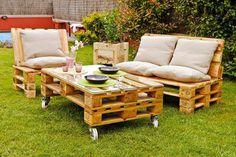 mesa e sofás de paletes