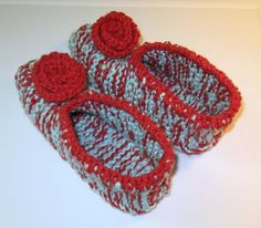 Pantoufles douillettes | 3 petites mailles Knitted Slippers, Baby Boots, Knit Crochet, Crochet Earrings, Crochet Patterns, Beanie, Knitting, Voici, Loom