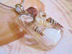 Hacer hermosas joyas con conchas marinas y resina.  Esta es una hermosa manera…