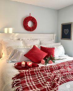 40 Awesome Bedroom Christmas Decor Ideas 29 – Home Design Christmas Mood, Country Christmas, All Things Christmas, Decoration Christmas, Xmas Decorations, Christmas Bedding, Christmas Aesthetic, Awesome Bedrooms, Decor Ideas