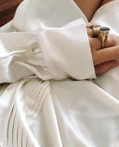 Long poignet de chemise + bagues imposantes = le bon mix (photo Damoy)