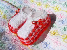 Sapatinho de tricô feito com lã macia, com lastex na canelinha, sem cano alto. Para menina, tem lacinho e pérola enfeitando. As dimensões do produto se referem a 1 par de sapatinho. Tamanho único. Ideal para RN até uns 6 meses de idade. R$ 9,99