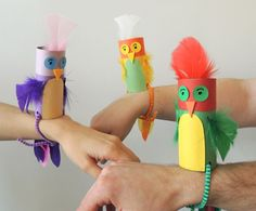 Parakeets puppets made from recycles cardboard tubes. Fun kids craft idea.                                                                                                                                                     Más