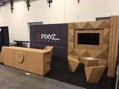 Pixyz stand gdc carton mobiliario muebles sillas mesa mostrador diseñado por Cartonlab. Pixyz booth GDC cardboard furniture chairs table counter desgined by Cartonlab.