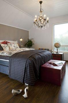 Kattokruunu tuo makuuhuoneeseen ripauksen ylellisyyttä Comforters, Blanket, Bed, Furniture, Home Decor, Creature Comforts, Quilts, Decoration Home, Stream Bed