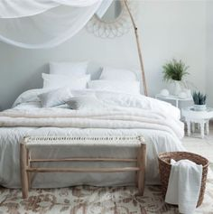 Bedroom with raffia and wood accents from Carré Blanc Percale De Coton, Diane, Wood Accents, Minimalist Decor, Outdoor Furniture, Outdoor Decor, Decoration, Bedroom, Jouer