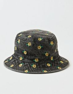 Shop Women's Bucket Hats at American Eagle to find the right one for you! Browse new bucket hats in fresh prints, cute colors, and new designs today! Outfits With Hats, Cute Outfits, Cool Bucket Hats, Bob Chapeau, Bucket Hat Outfit, Broderie Simple, Mode Chanel, Hat Embroidery, Accesorios Casual