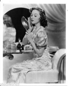 Glamorous-Actress-Susan-Hayward-W-Makeup-Mirror-Lovely-8x10-B-W-Photo