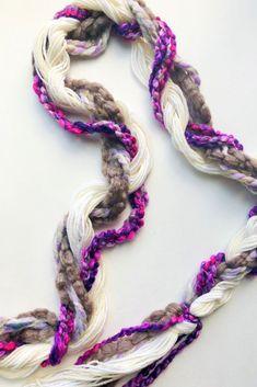 DIY yarn Braided Garland Diy Yarn Garland, Diy Christmas Garland, Fabric Garland, Easy Christmas Crafts, Easy Diy Crafts, Simple Christmas, Christmas Décor, Fun Diy, Garlands