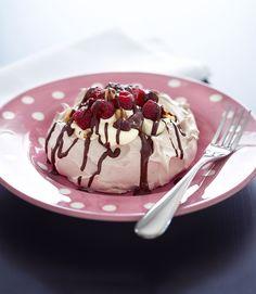 Pavlova with chocolate sauce and hazelnuts Pavlova, Panna Cotta, Goodies, Pudding, Sweets, Chocolate, Cake, Ethnic Recipes, Desserts