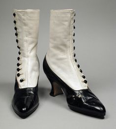 The Los Angeles County Museum of Art. Amazing women's high-button boots in black and white Patent leather, kid leather, & leather. ~ Now, why cannot anyone out there actually make boots with buttons like with WITHOUT zippers? Edwardian Shoes, Victorian Shoes, Edwardian Fashion, Vintage Fashion, Edwardian Era, Vintage Boots, Vintage Outfits, Vintage Clothing, Moda Fashion