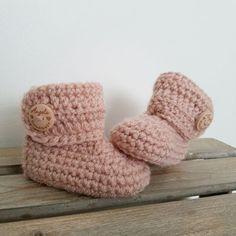 Gehaakte Slofjes - Licht zalmroze Crochet Baby Boots, Crochet Baby Clothes, Baby Blanket Crochet, Preemie Clothes, Organic Baby, Diy Crochet, Little Princess, Baby Items, Baby Kids