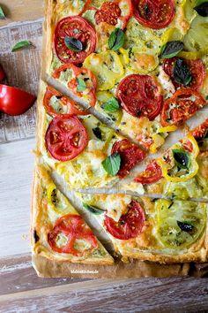 Sommerliche Tarte aus Blätterteig mit einer Creme aus Ricotta & Basilikum, belegt mit frischen Tomaten. #tarte #blätterteig | malteskitchen.de