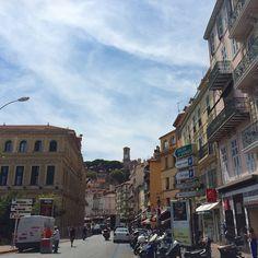 Cannes hat eine unheimlich schöne Altstadt mit vielen so schönen Lokalen, Bars und Kneipen. ca. 30 Min von Nizza entfernt