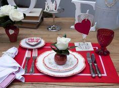 mesa love em branco e vermelho para dia dos namorados com detalhes de flores e corações.