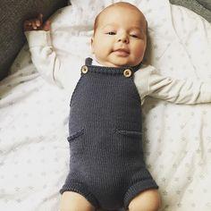 Ministrikk perfection. || Pocket Playsuit i skifer sitter som støpt på lille Jakob (2 mnd). Fantastisk vakkert strikket. We love this, @iristerese #vielskerguttestrikk Pattern: Ministrikk.no