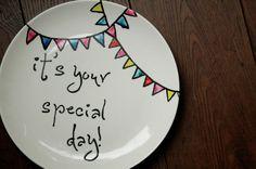 Servies pimpen met porseleinverf. Als je een speciale dag hebt zoals een verjaardag of je hebt een zwemdiploma of rijbewijs gehaald, mag je van dit bord eten.