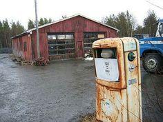 Oppdal, april 2004: Like ved grensen til Rennebu står denne værslitte Gilbarco-pumpa. Bygningen i bakgrunnen ble brukt til både verksted, bensinutsalg (BP) og veihjelp-stasjon.
