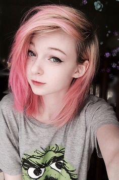 I love her hair Short Emo Haircuts, Trendy Hairstyles, Girl Hairstyles, Emo Haircuts For Girls, Pelo Emo, Cute Emo Girls, Emo Scene Hair, Ash Blonde Hair, Pink Hair
